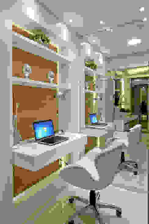 Designer de Interiores e Paisagista Iara Kílaris Estudios y despachos de estilo moderno Blanco