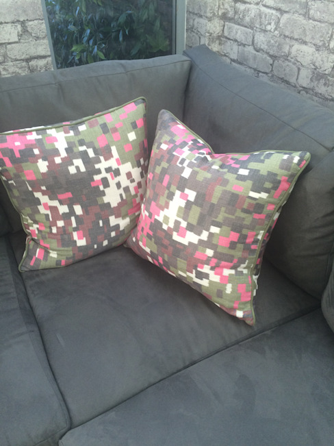 corner sofa with cushions od fleur ward interior design Nowoczesny