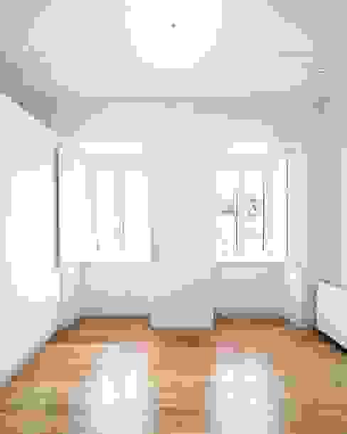 Tiago Filipe Santos - Arquitetura Camera da letto minimalista Bianco