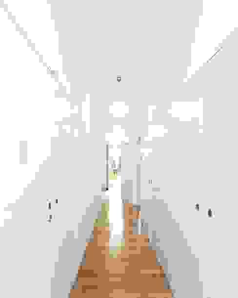 Tiago Filipe Santos - Arquitetura Ingresso, Corridoio & Scale in stile minimalista Bianco