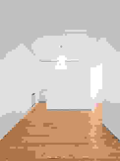 Tiago Filipe Santos - Arquitetura Soggiorno minimalista Bianco