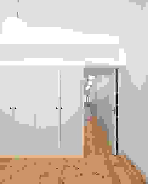 غرفة نوم تنفيذ Tiago Filipe Santos - Arquitetura , تبسيطي