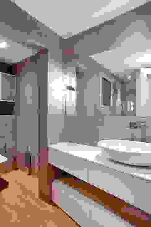 Bagno moderno di 02_BASSO Arquitectos Moderno
