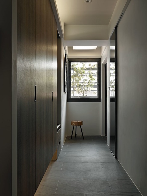 Pasillos y vestíbulos de estilo  por 大集國際室內裝修設計工程有限公司