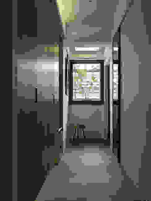 Minimalist corridor, hallway & stairs by 大集國際室內裝修設計工程有限公司 Minimalist