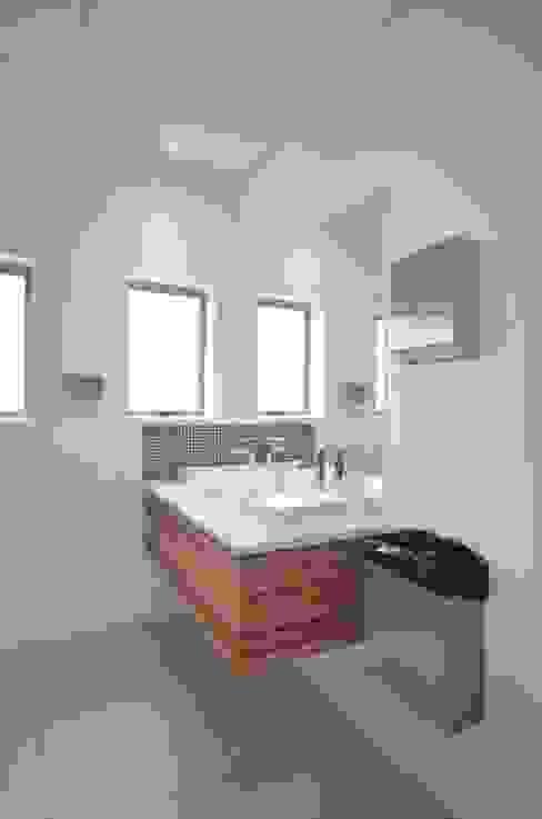 bathroom vanity by Till Manecke:Architect Modern