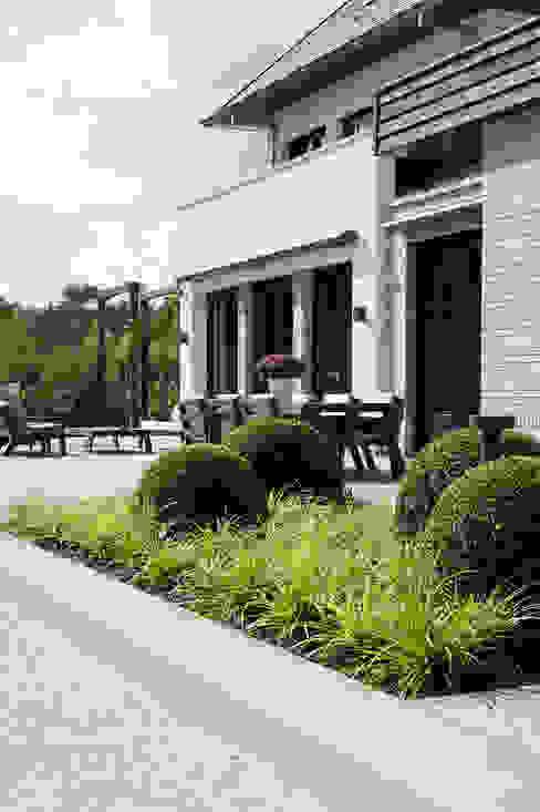 Heart for Gardens. Balcone, Veranda & Terrazza in stile moderno Piastrelle Grigio