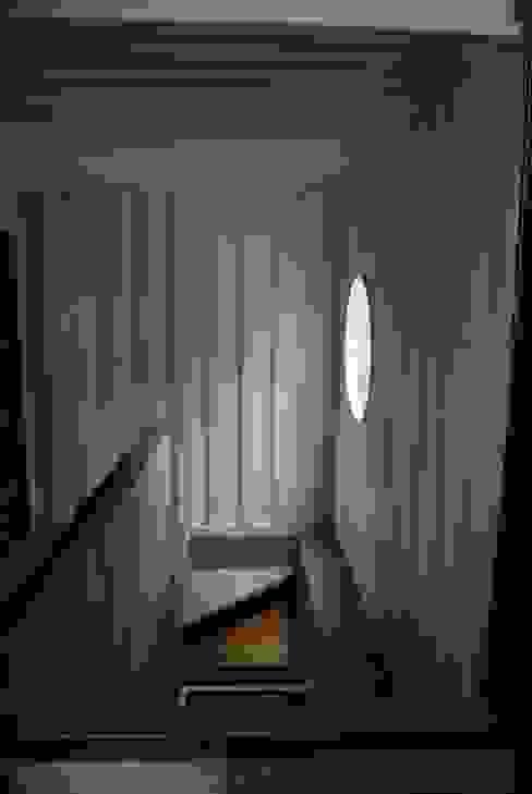 Pasillos, vestíbulos y escaleras modernos de TARE arquitectos Moderno