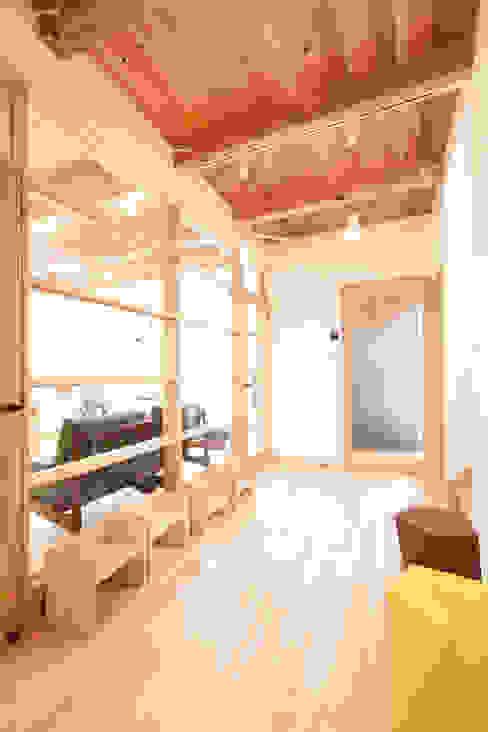 採光を考慮した廊下スペース: 合同会社negla設計室が手掛けた廊下 & 玄関です。,