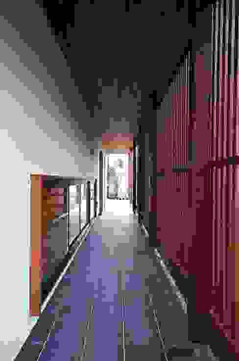 Moderner Flur, Diele & Treppenhaus von 岡本和樹建築設計事務所 Modern