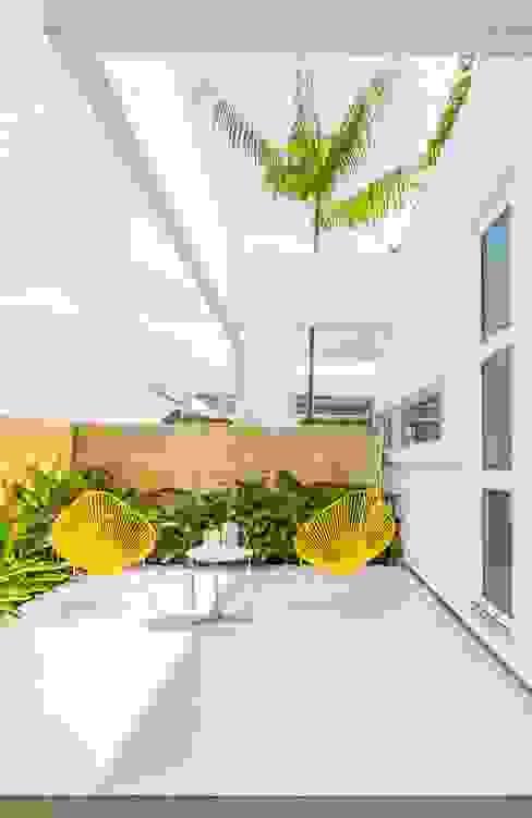 Casa de la Acacia - Sombra Natural Balcones y terrazas de estilo moderno de David Macias Arquitectura & Urbanismo Moderno