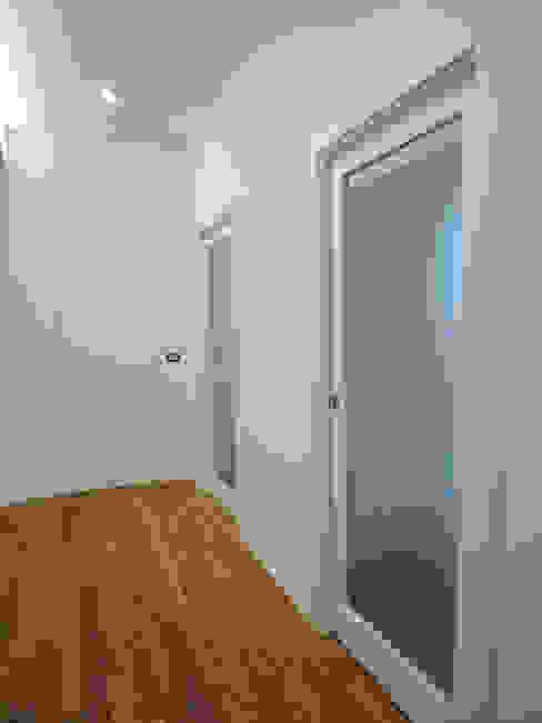 Dettaglio porte chiarapice studio Ingresso, Corridoio & Scale in stile moderno Vetro