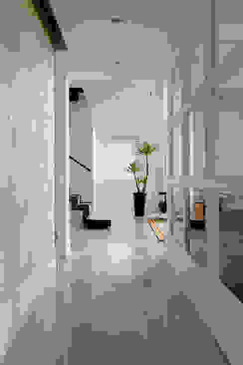 白色的極緻優雅:  走廊 & 玄關 by 誼軒室內裝修設計有限公司