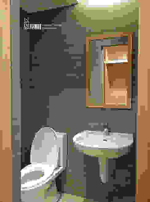 主臥洗手間 現代浴室設計點子、靈感&圖片 根據 以恩設計 現代風