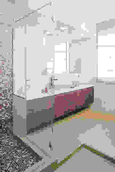 Baños de estilo moderno de manuarino architettura design comunicazione Moderno