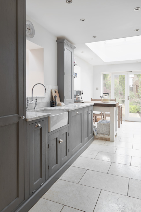 Bespoke kitchen with marble top with grey satin finish par Purdom's Bespoke Furniture Rural Bois Effet bois