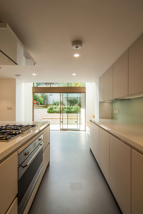 DE BEAUVOIR SQUARE:  Kitchen by Bradley Van Der Straeten Architects,