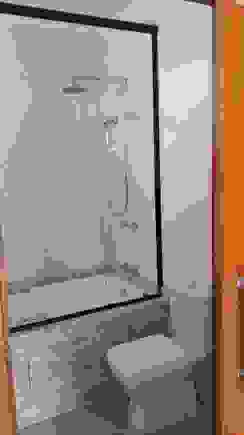 現代浴室設計點子、靈感&圖片 根據 EKOa Empreendimentos Sustentáveis 現代風