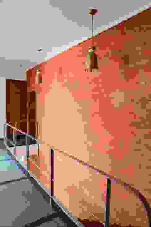 Pasillos, vestíbulos y escaleras modernos de STUDIO MOTLEY Moderno