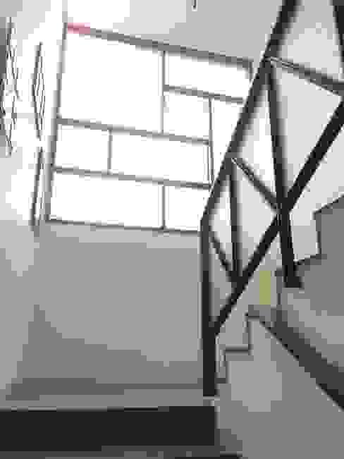 BYSANI RESIDENCE, BANGALORE Modern corridor, hallway & stairs by Parikshit Dalal Design + Architecture Modern