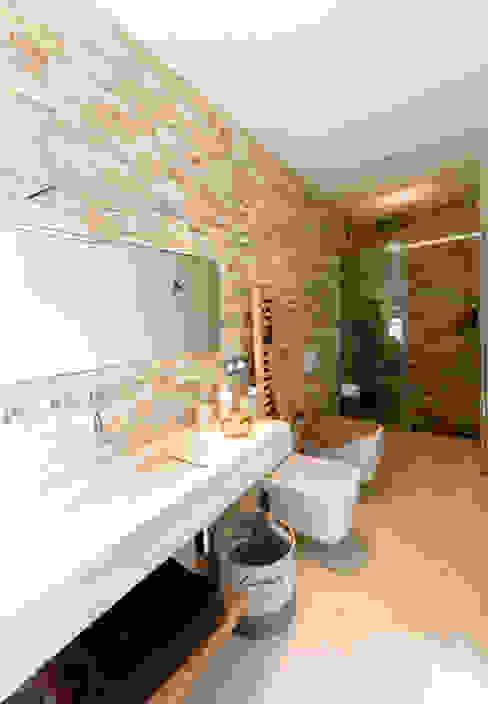 Bagno en-suite camera secondaria Bagno moderno di MBquadro Architetti Moderno
