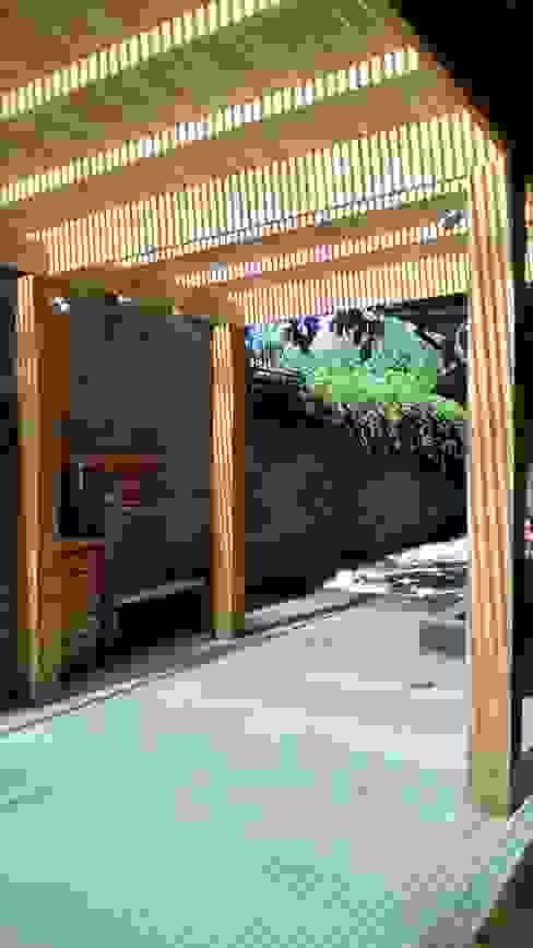 TERRAZA Y QUINCHO vista lateral CREARCO Balcones y terrazas modernos Madera Acabado en madera
