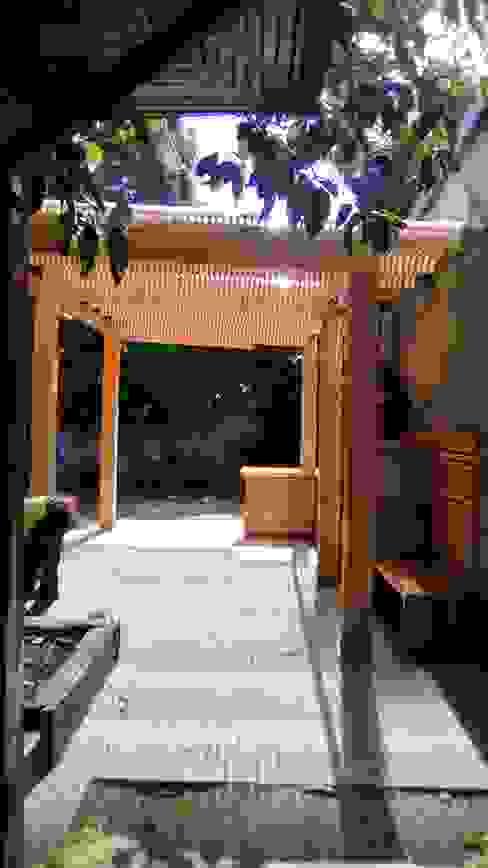 TERRAZA Y QUINCHO vista hacia el jardin CREARCO Balcones y terrazas modernos Madera Acabado en madera