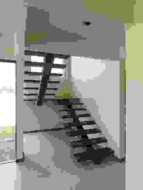 Pasillos, vestíbulos y escaleras de estilo tropical de Aroeira Arquitetura Tropical