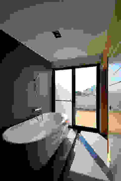 宜蘭厝烏石港計畫 木造多孔隙家屋 現代浴室設計點子、靈感&圖片 根據 原典建築師事務所 現代風