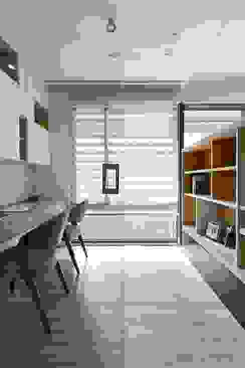 Modern Study Room and Home Office by 共禾築研設計有限公司 Modern