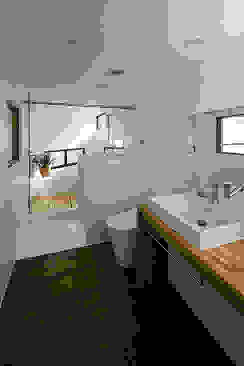 まんなか group-scoop 北欧スタイルの お風呂・バスルーム 無垢材 白色
