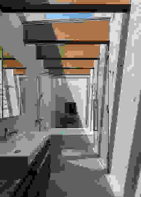 平安通の家 浴室 ミニマルスタイルの お風呂・バスルーム の Architet6建築事務所 ミニマル タイル