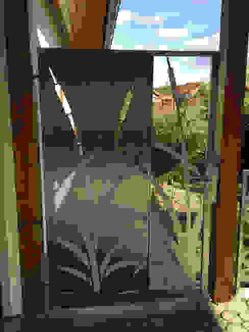 """Edelstahl Gartentür """"Cat Tails"""" Moderner Garten von Edelstahl Atelier Crouse: Modern Metall"""