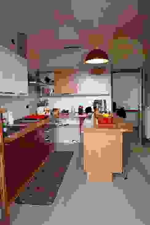 Rinnovare la cucina senza cambiarla. Cucina minimalista di T.A. arredo_arredamento su misura Minimalista Legno massello Variopinto