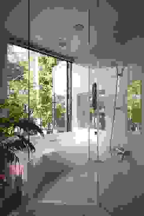 Moderne badkamers van 藤井伸介建築設計室 Modern