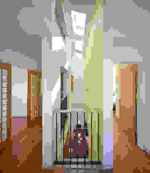 Hành lang, sảnh & cầu thang phong cách hiện đại bởi 남기봉건축사사무소 Hiện đại
