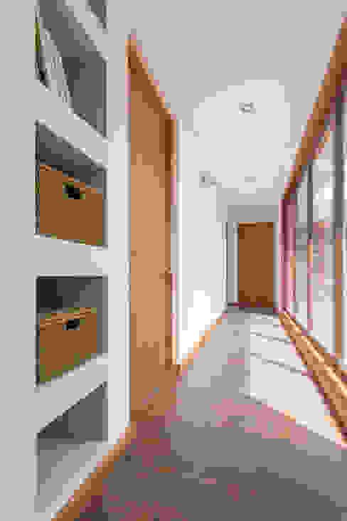 Pasillos, vestíbulos y escaleras de estilo colonial de Grupo E Arquitectura y construcción Colonial