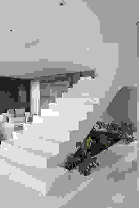 Hành lang by Andréa Buratto Arquitetura & Decoração