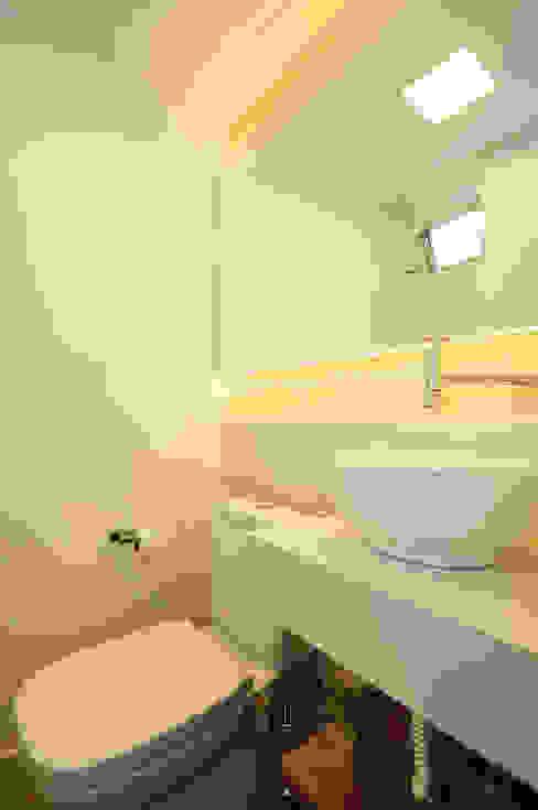 Baños de estilo ecléctico de Condecorar Arquitetura e Interiores Ecléctico