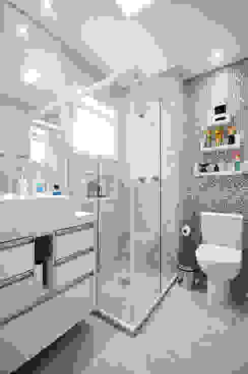 Baños de estilo  de Condecorar Arquitetura e Interiores