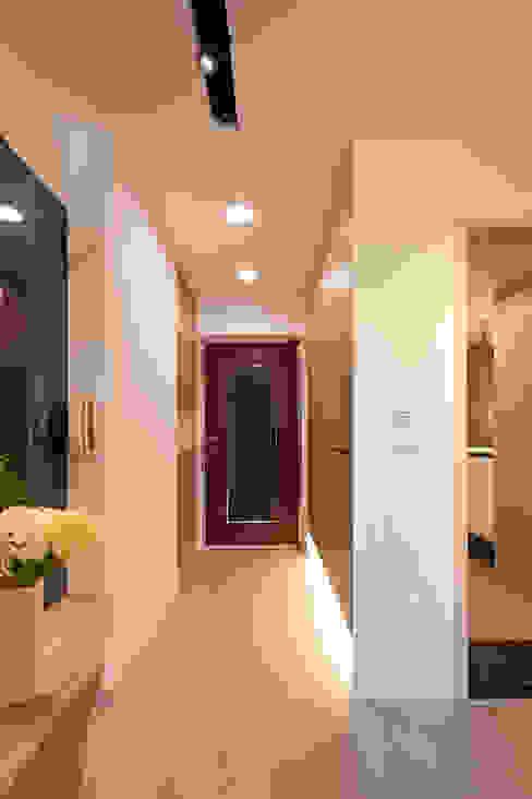 Couloir et hall d'entrée de style  par 耀昀創意設計有限公司/Alfonso Ideas