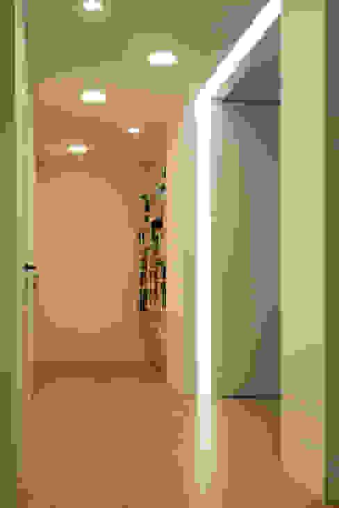 INGRESSO Ingresso, Corridoio & Scale in stile moderno di T+T ARCHITETTURA Moderno