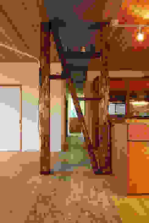飾り棚(既存の構造材の見せ方) 藤井伸介建築設計室 モダンスタイルの 玄関&廊下&階段
