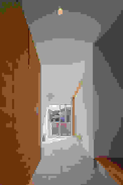 玄関から通り土間を見る モダンスタイルの 玄関&廊下&階段 の 株式会社seki.design モダン
