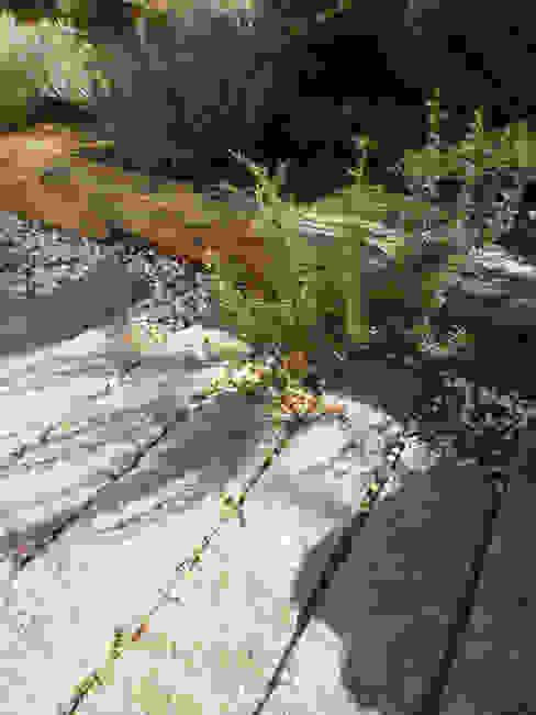 Pormenor de pavimento em esteios de granito Jardins campestres por APROplan Campestre Pedra
