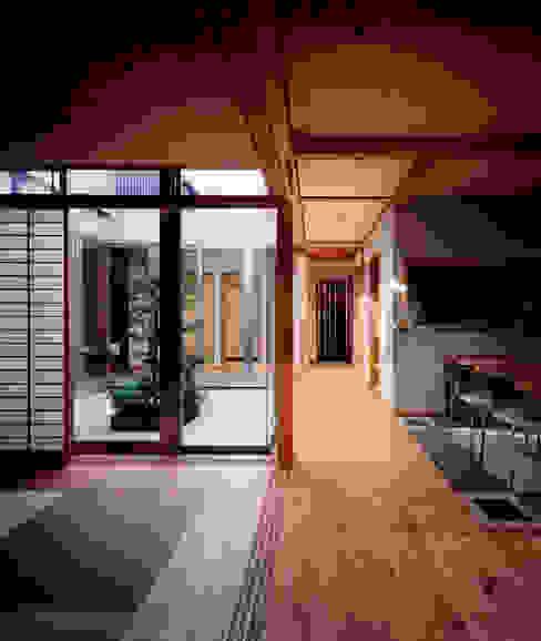 Salones de estilo moderno de 株式会社seki.design Moderno