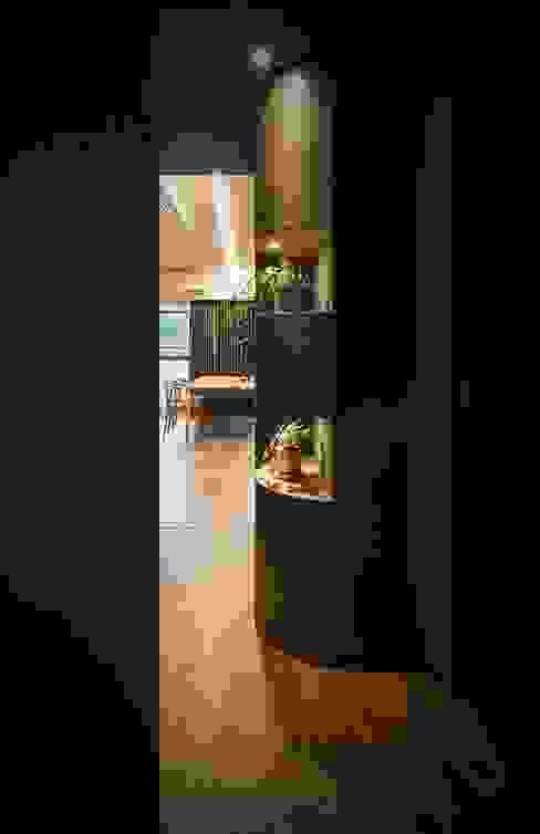 玄関からLDKをのぞむ 株式会社seki.design モダンスタイルの 玄関&廊下&階段