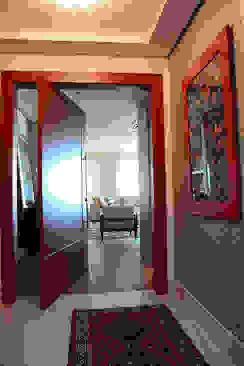 Hall de entrada: Salas de estar  por Carolina Burin Arquitetura Ltda,