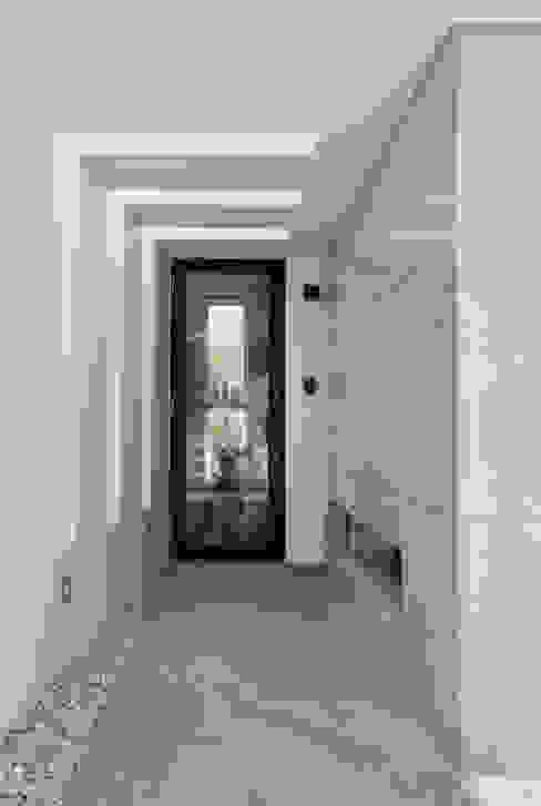 ケイシャチノイエ 久友設計株式会社 モダンスタイルの 玄関&廊下&階段 白色