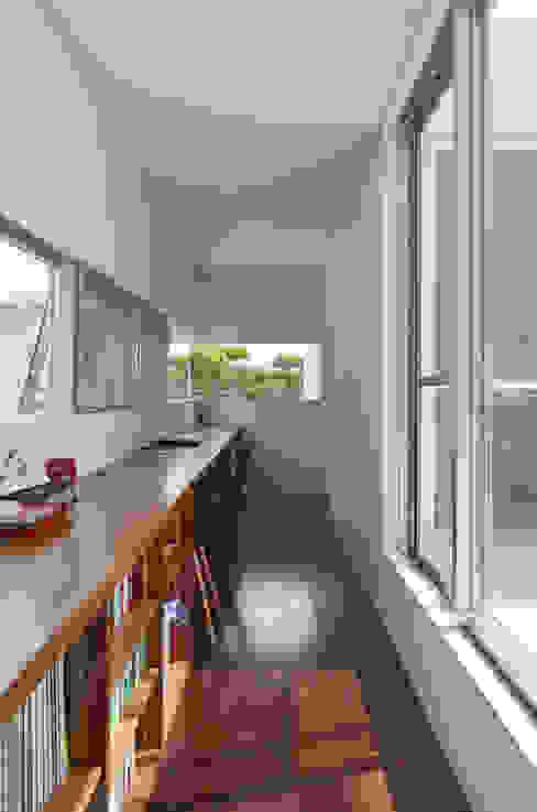 ケイシャチノイエ 久友設計株式会社 モダンデザインの 多目的室 白色